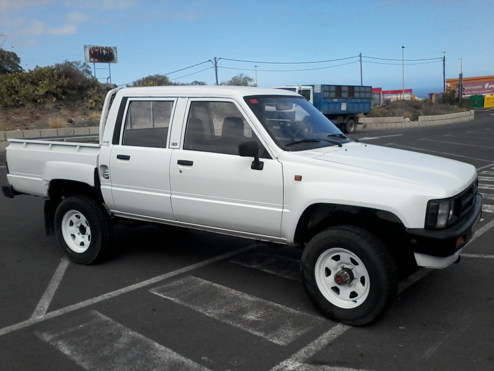 sold 1988 toyota hilux double cab 4 4 pickup truck diesel zombie motors. Black Bedroom Furniture Sets. Home Design Ideas